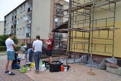 Powstawanie muralu na ścianie budynku GOK.