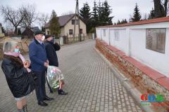 Złożenie kwiatów w miejscu upamiętnienia poległych mieszkańców Janowa Podlaskiego i okolic w czasie II Wojny Światowej
